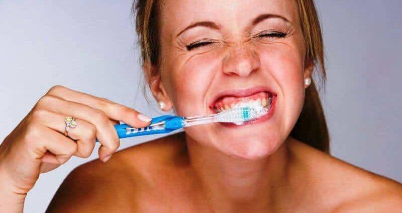 Главные ошибки при чистке зубов, от которых следует избавиться