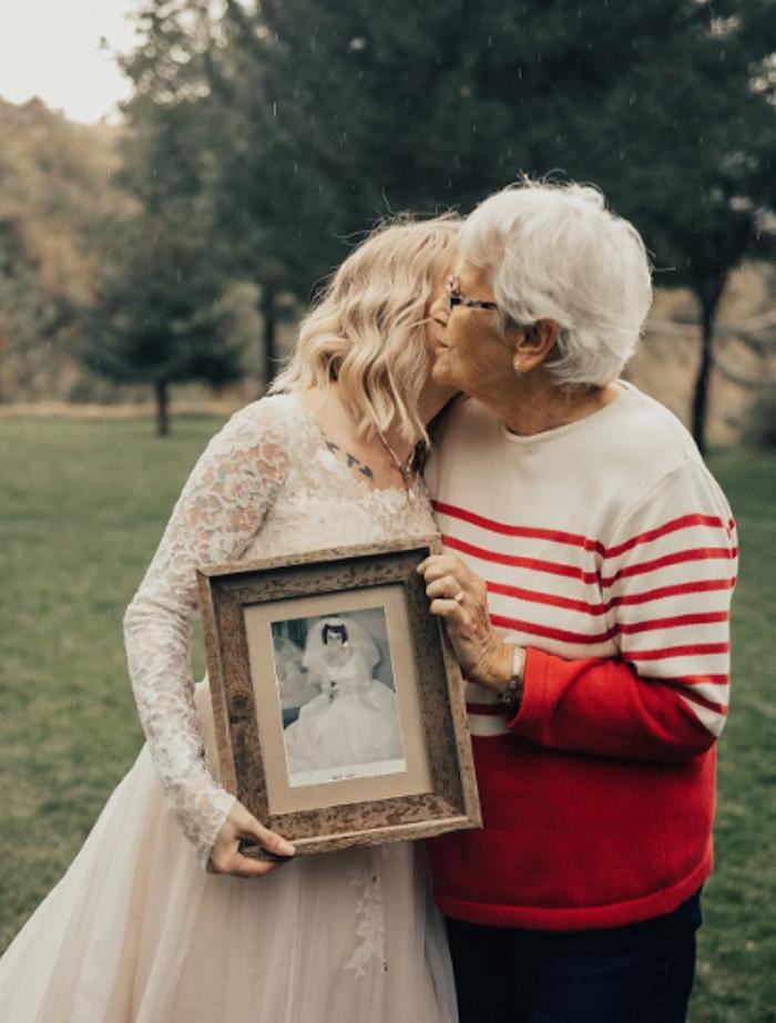 Увидев свадебное платье своей внучки, бабушка была тронута: невеста надела ее платье