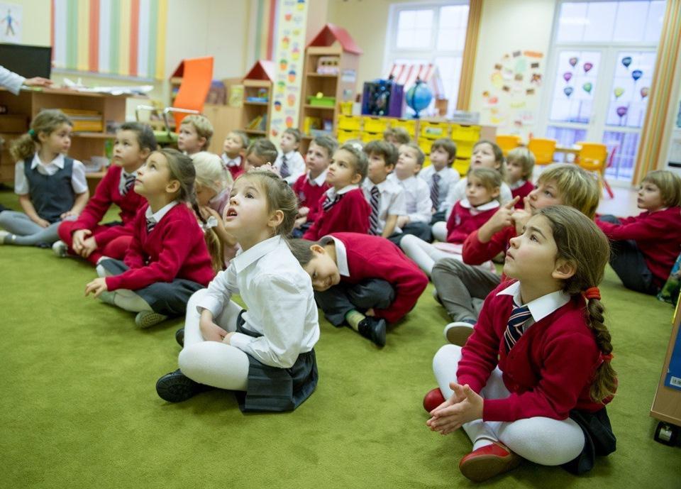 Суровая реальность   отдельные стулья для детей  должников . Абсурд, который можно встретить в детских садах России