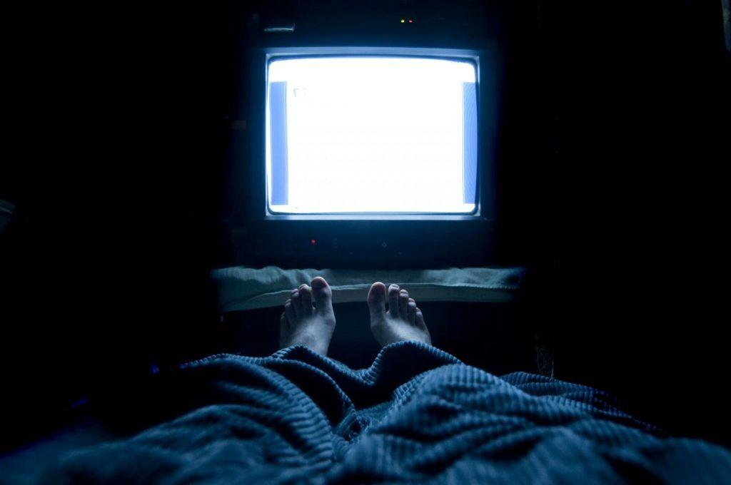 Выключите телевизор: ученые доказали, что сон при голубом свете может привести к ожирению
