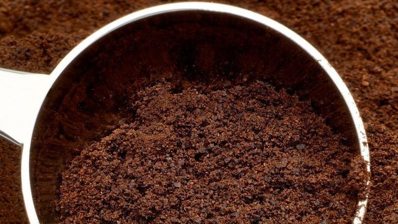 Кофе, масло и многое другое: продукты, которые не стоит сливать в раковину