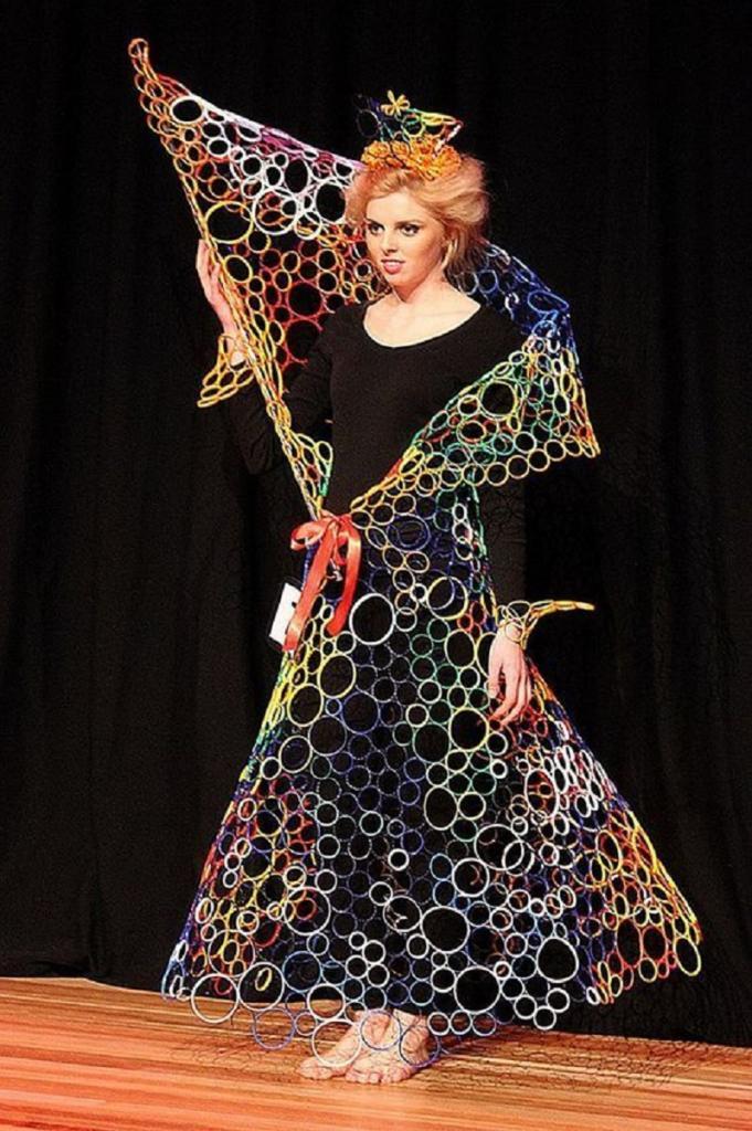 Мусорная мода или  треш : 10 странных платьев, сделанных из вторсырья