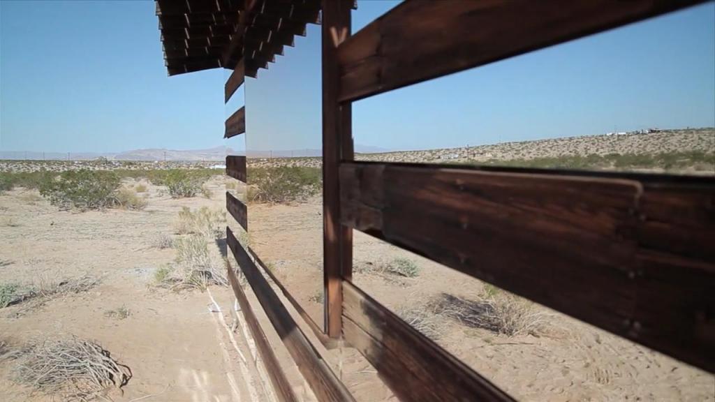 Калифорниец превратил заброшенную лачугу в оптическую иллюзию