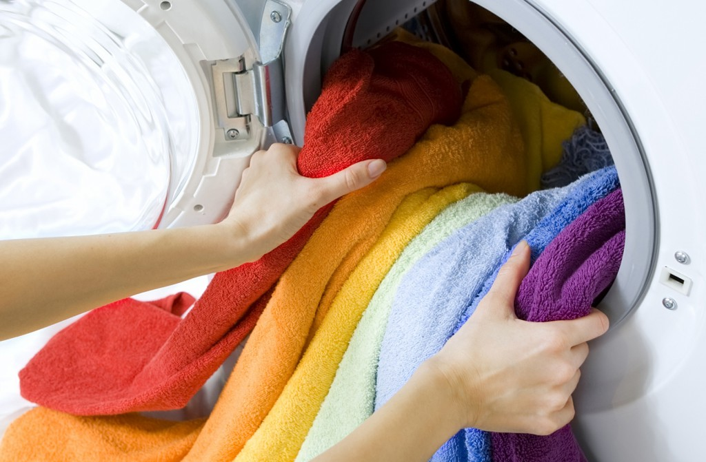 Как спасти полинявшие вещи и не испортить их окончательно: действенные домашние способы