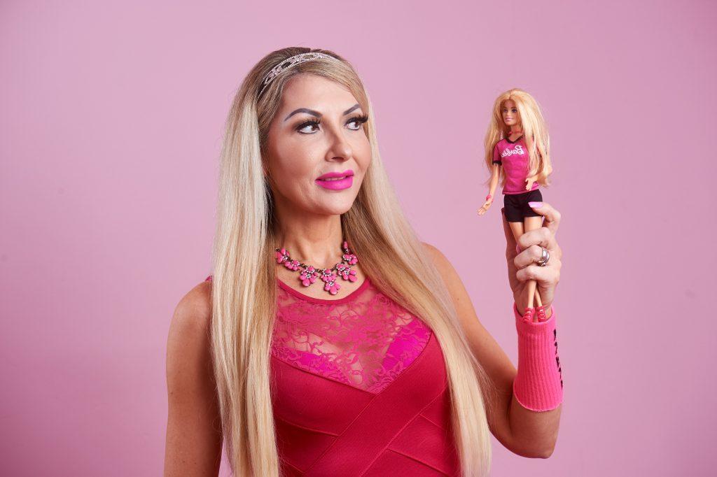 Быть куклой - это великолепно: англичанка потратила 35 тысяч фунтов стерлингов (около 2,8 млн рублей), чтобы выглядеть, как Барби, в свои 48 лет
