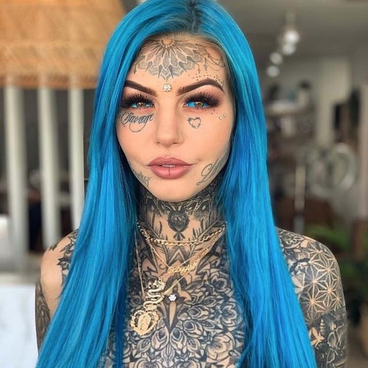 В 16 лет она сделала свою первую татуировку. Сейчас ей 24, и у нее кристально голубые глаза, змеиный язык и клыки дракона