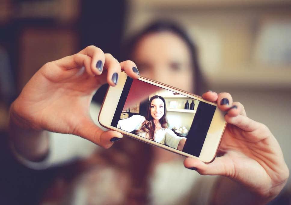 Распознаем нарциссов в социальных сетях: выделяющиеся брови, частые обновления статусов и другие признаки нарциссичности