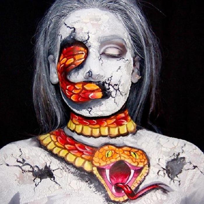 Девушка превращает себя в разных существ при помощи умелого боди-арта