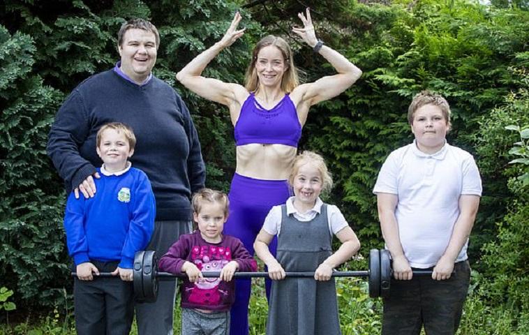 Мама четверых детей устала от своего веса и записалась в тренажерный зал. Через год ее просто не узнать