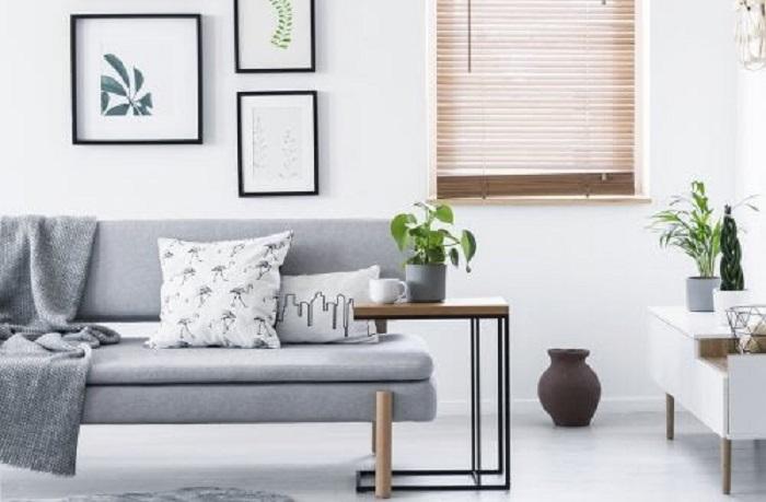 Простая мебель, светлые шторы: советы для создания минималистичного интерьера