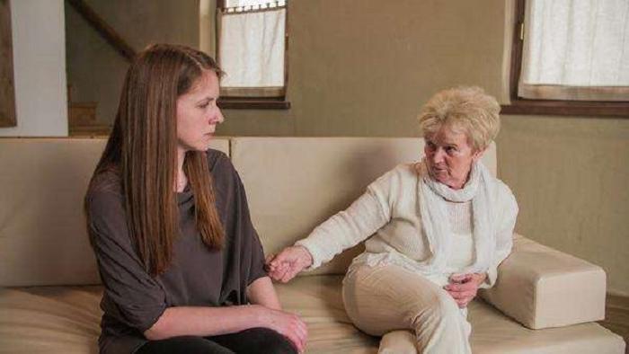 Девушка пожаловалась своей бабушке на измену мужа. Тогда старушка отвела ее на кухню, чтобы поделиться советом