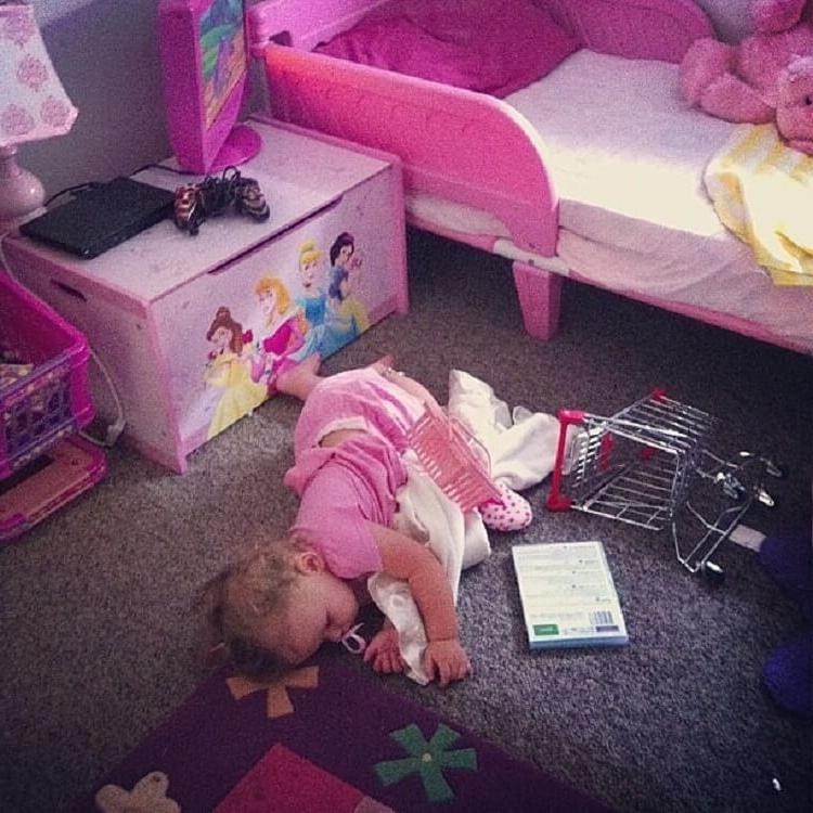 Маленький ребенок спит смешные картинки