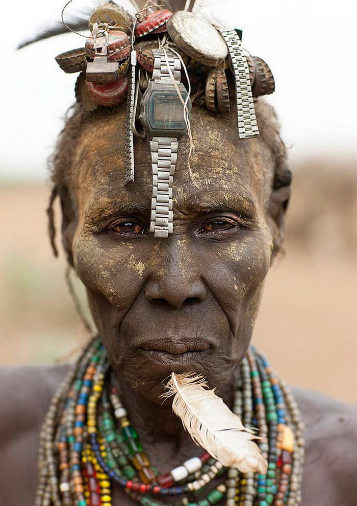 И в пир, и в мир, и в добрые люди: эфиопское племя украшает себя неожиданными предметами (фото)