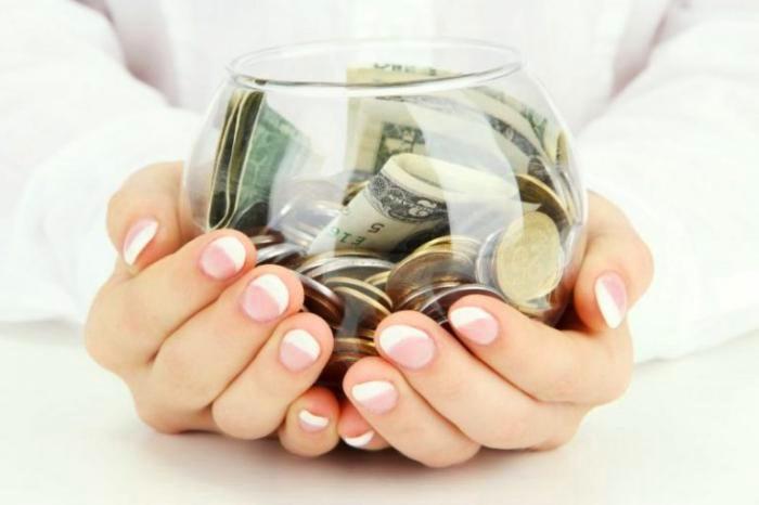 Однажды мальчик услышал, как мать пытается занять денег. Он потихоньку положил в ее копилку все накопления