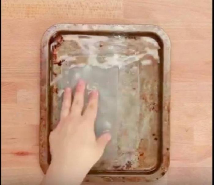 Женщина думала, что ее противень безнадежно грязный. Но потом она замочила его вместе с салфеткой для сушки белья
