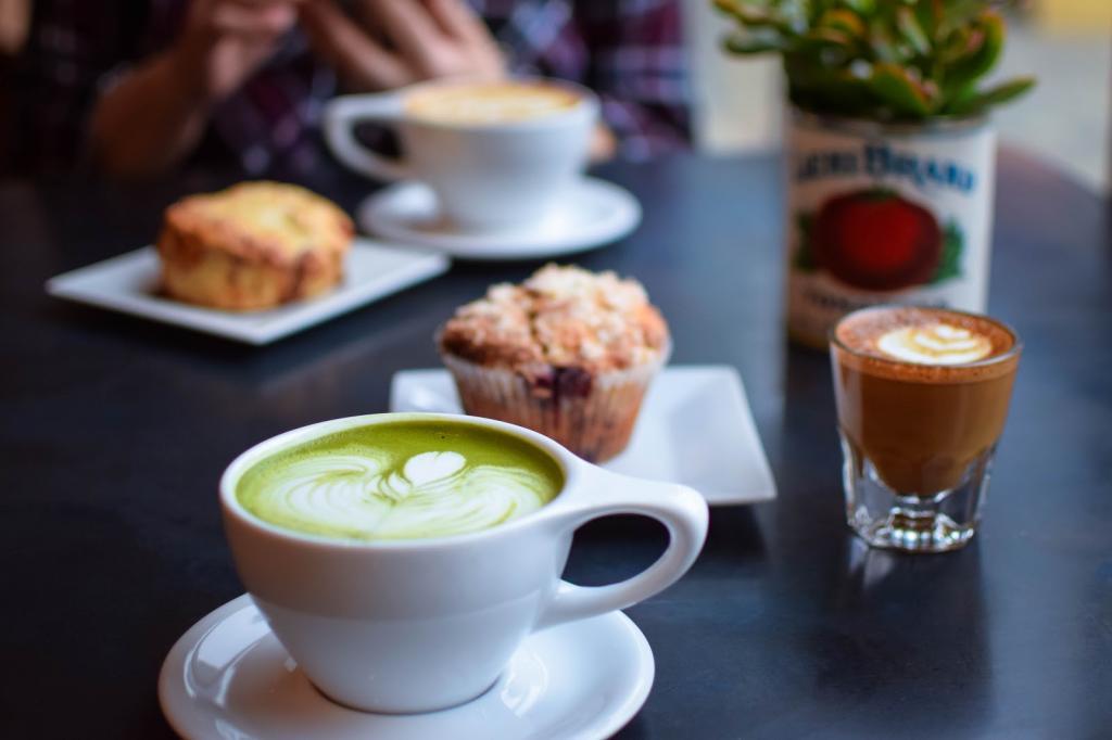 Что выпить утром: чашечку кофе или чая матча? Оба напитка содержат кофеин, но действуют на организм совершенно по разному