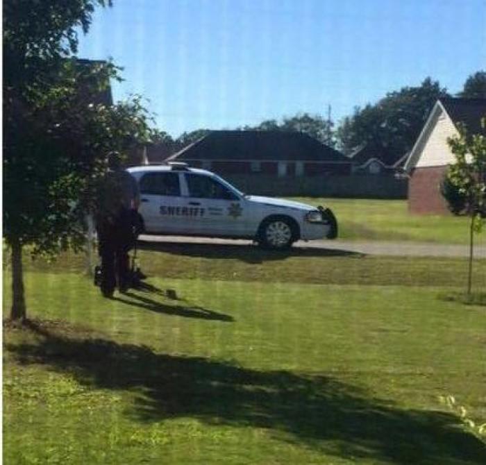 Женщина решила подстричь газон, пока ее муж был на работе. Но внезапно к ней подошел полицейский и забрал инструмент