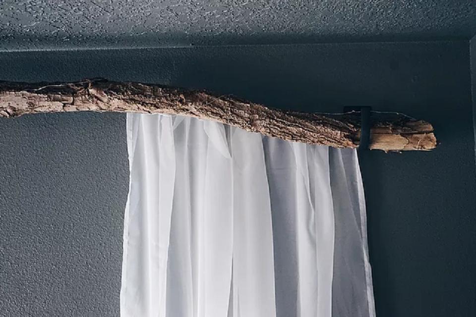 природа в доме оригинальный карниз для штор из ветки дерева