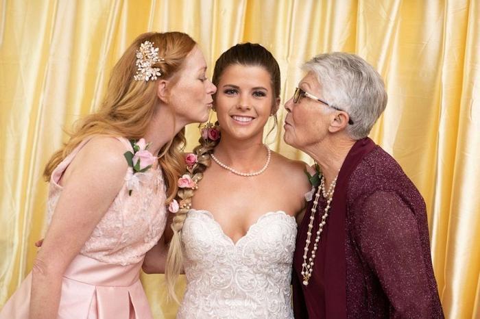 Необычное решение: на свадьбе лепестками цветов посыпали дорожку не дети, а... бабушка невесты