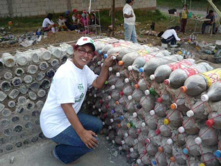 Боливийская женщина строит дома из бутылок, чтобы помочь нуждающимся семьям, а заодно утилизировать отходы