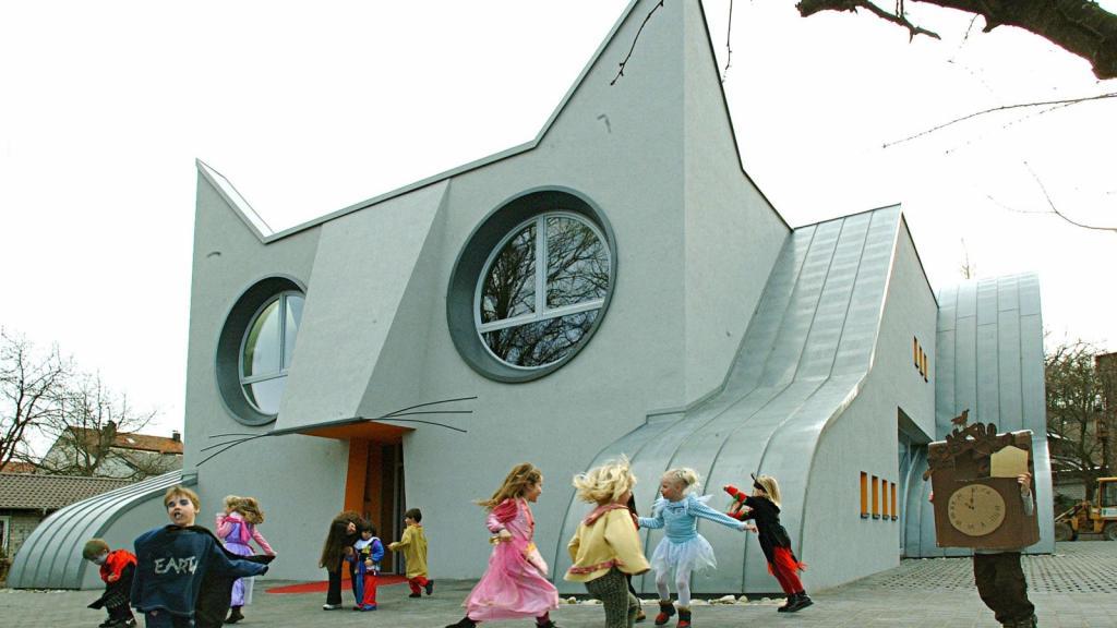 Дизайнеры решили построить детский сад, который обожали бы малыши, и придумали здание в форме кошки: маленькие посетители в восторге