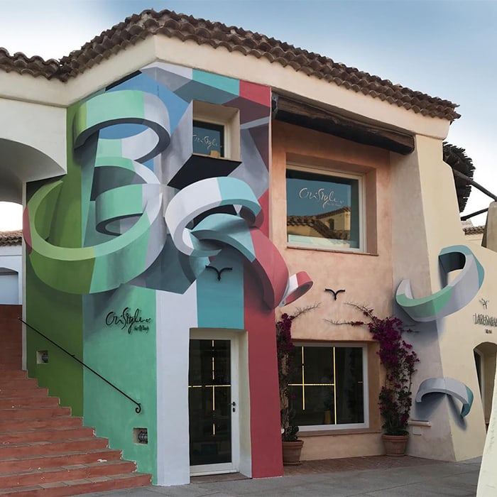 Он делает на обычных зданиях такую иллюзию, что ее хочется потрогать, насколько она реалистична