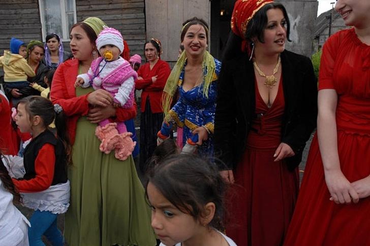 Выходят замуж в 16 лет за двоюродных и троюродных братьев. Неприкосновенные традиции, которым следуют женщины общины рома