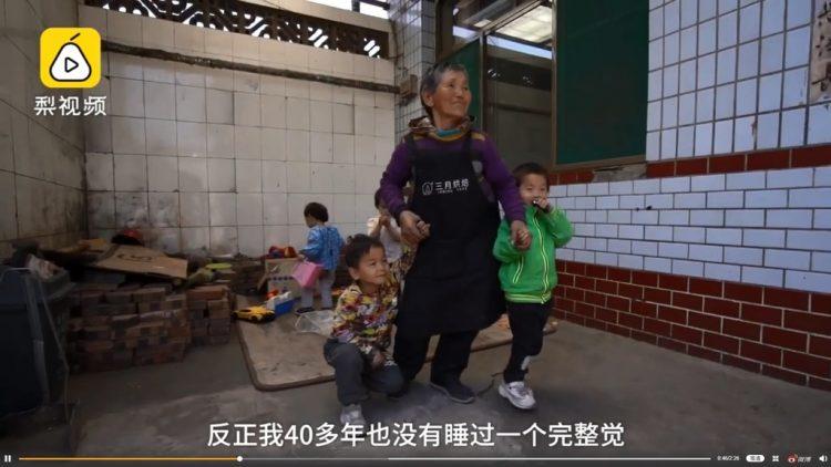 Она спала по 2 часа в сутки 47 лет подряд - и все ради 45 приемных детей