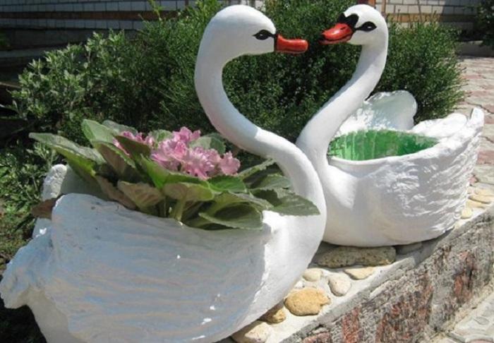 Муж сделал из обычной 5 литровой пластиковой бутылки прекрасного лебедя, который украшает наш сад
