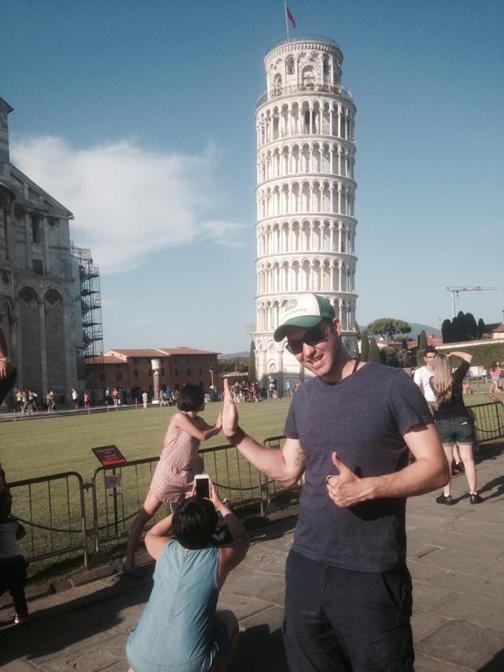 Фото туристов возле Пизанской башни похожи и тривиальны, но этот парень доказал, что для креатива нет границ