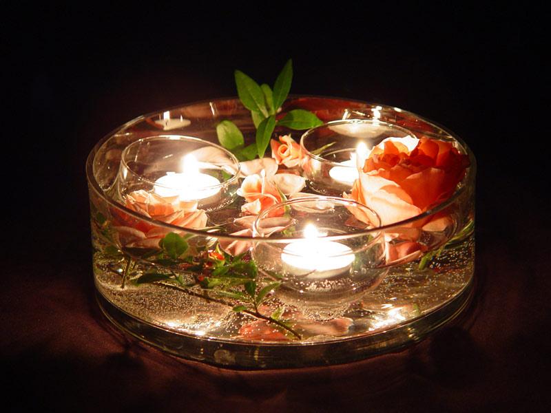 Подруга-умелица научила делать удивительное украшение для интерьера. Все просто – надо поставить свечу в вазу с водой