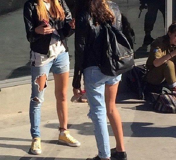 Современная мода и повседневная жизнь несовместимы, подтверждение вы можете видеть на фото)))
