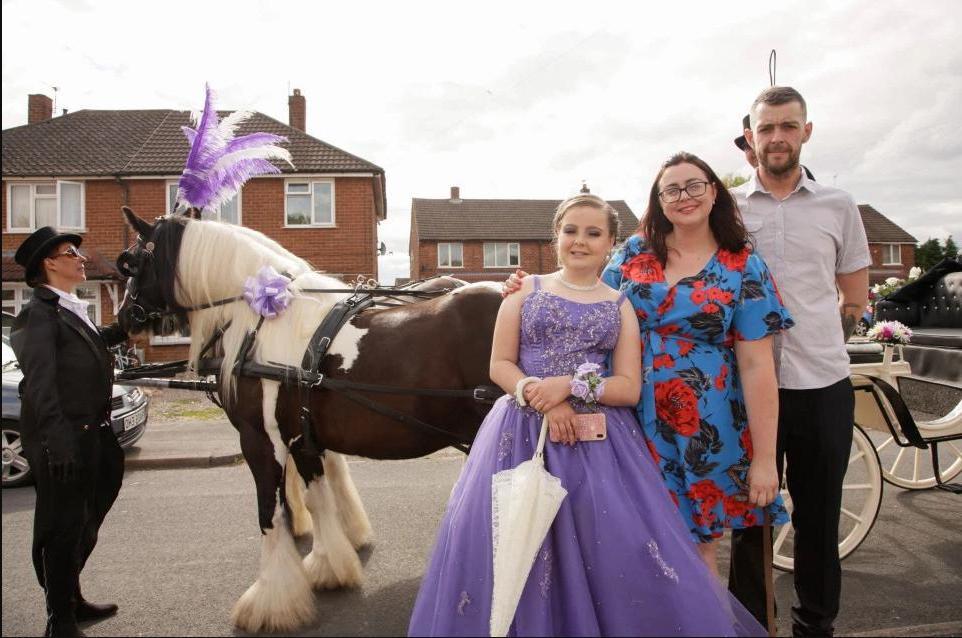 Карета с лошадьми, маникюр и роскошное платье: родители потратили больше 1000 евро на выпускной своей 11-летней дочери (фото)