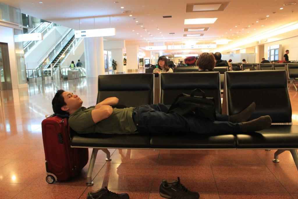 универсальная фото как люди спят на вокзале один