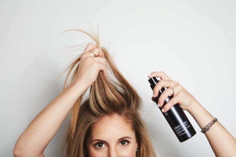 Как сохранить волосы чистыми, а прическу красивой даже в летнюю жару: 3 совета от профессионала