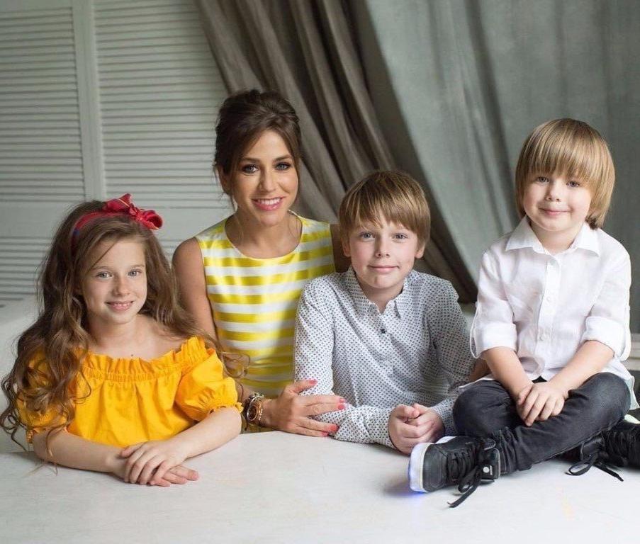 «Говорите с ними обо всем»: Юлия Барановская поделилась секретами воспитания троих детей