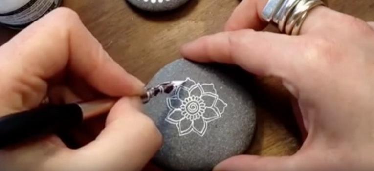 Хобби на лето: раскрашивание морской гальки украсит дом и успокоит нервы