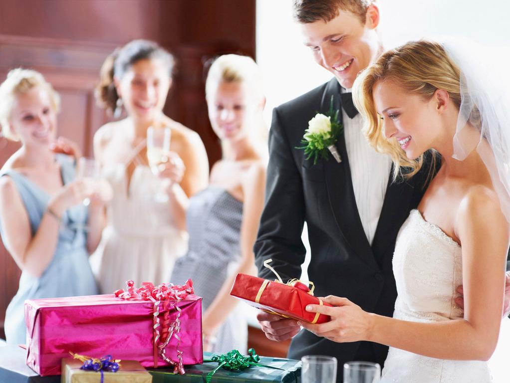 поздравить жениха и невесту на свадьбе необычно вторыми все понятно