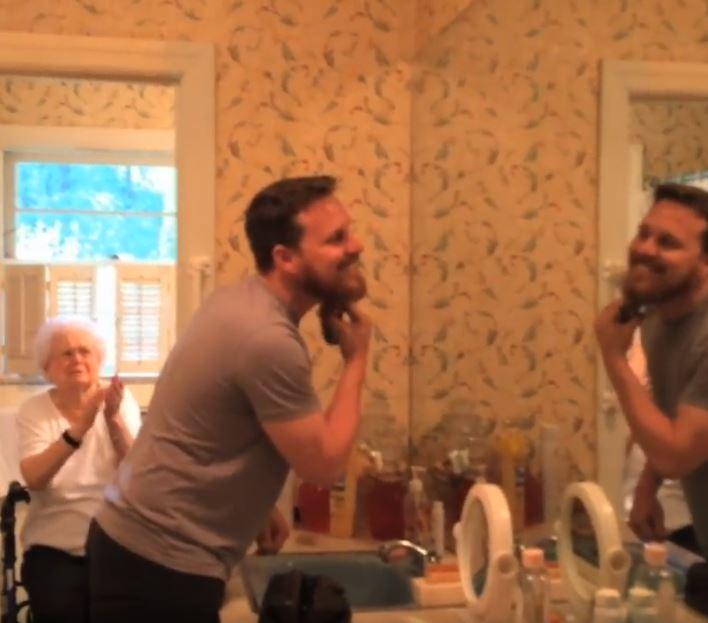 Необычный подарок: внук сбрил густую бороду к 100-летнему юбилею своей бабушки