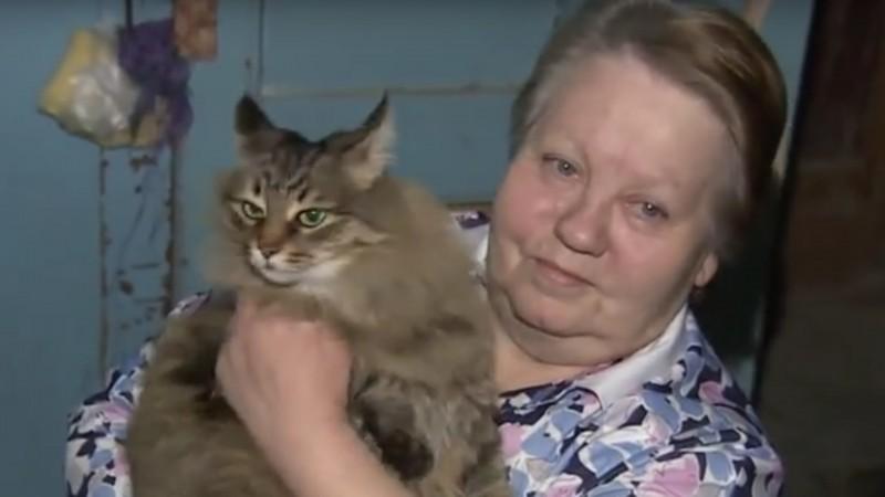 Женщина услышала странный шум в подъезде и решила выглянуть. В кошачьей коробке она нашла младенца