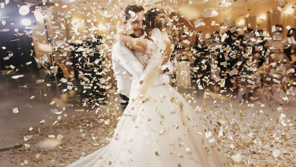 Молодожены устроили шикарную свадьбу. Но когда они стали открывать конверты, подаренные гостями, вся радость от торжества исчезла