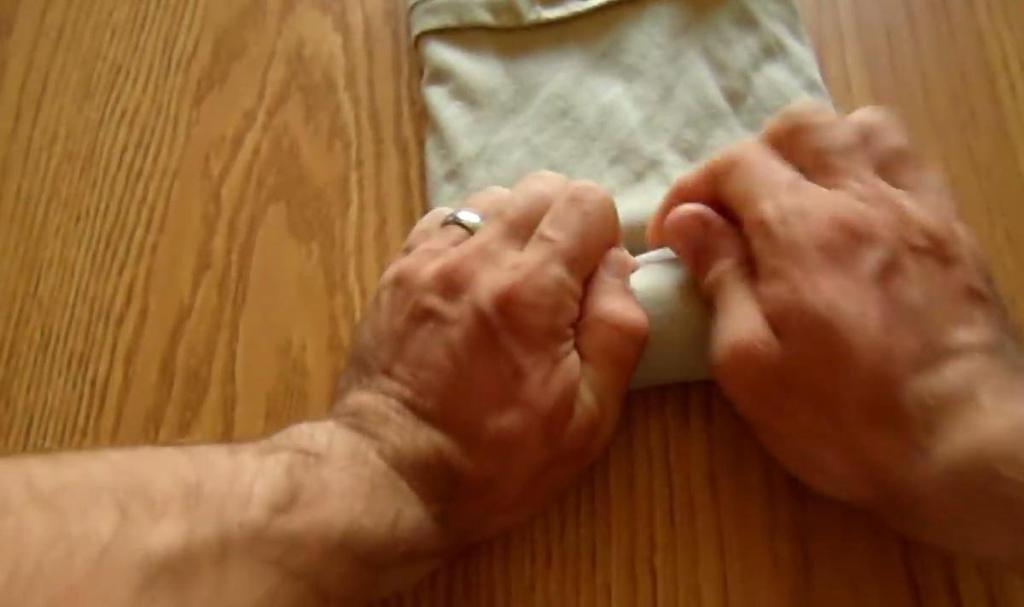 Лед, полотенце и уксус: как погладить одежду, если нет под рукой утюга