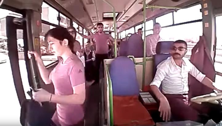 Вышла из автобуса на скорости 30 км/ч: гибель 18-летней девушки попала на видео