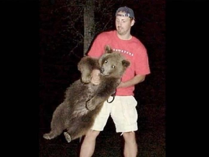 История про мужчину, который спас медвежонка и вырастил его в любви и заботе