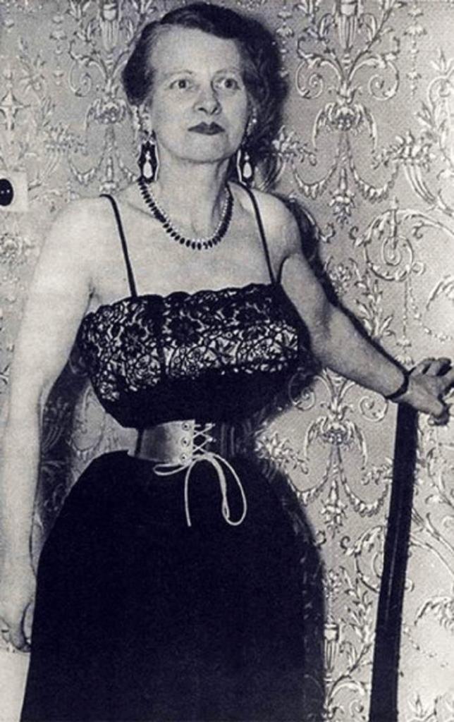 Все, как он хотел: женщина сделала пирсинг и талию 33 см, чтобы угодить супругу