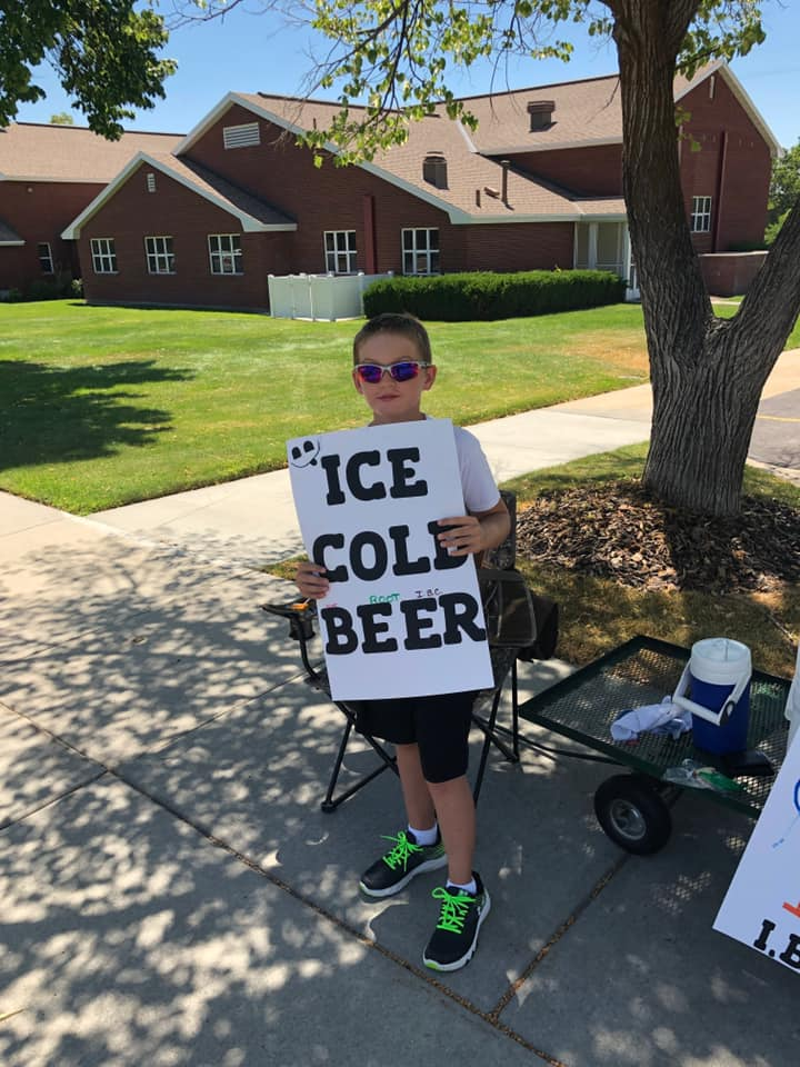 11 летний мальчик торговал пивом на улице. Приехавшие полицейские похвалили подростка за находчивость