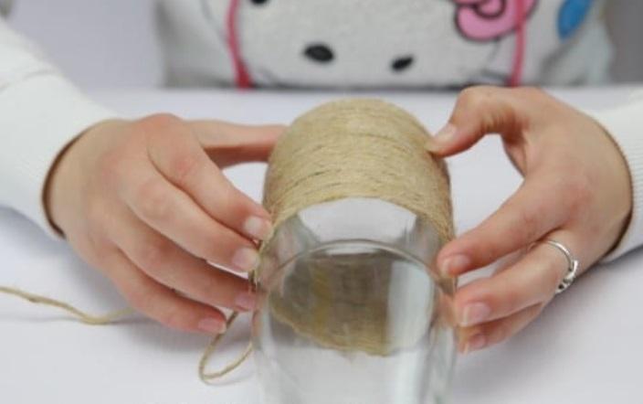 Мне нравится делать поделки из ничего: расскажу, как превратить простую бутылку в необычную вазу