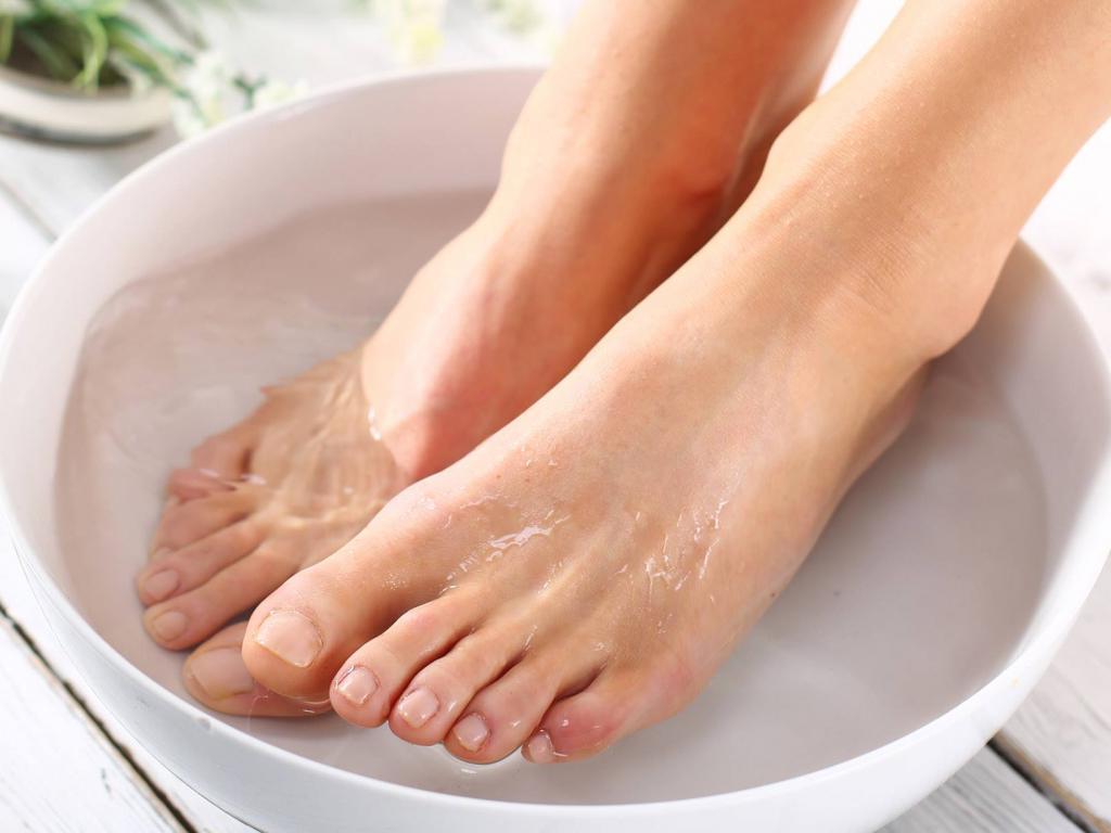 Нашатырным спиртом и жидким мылом можно размягчить ногти. Какими способами можно еще попробовать распарить ногтевую пластину