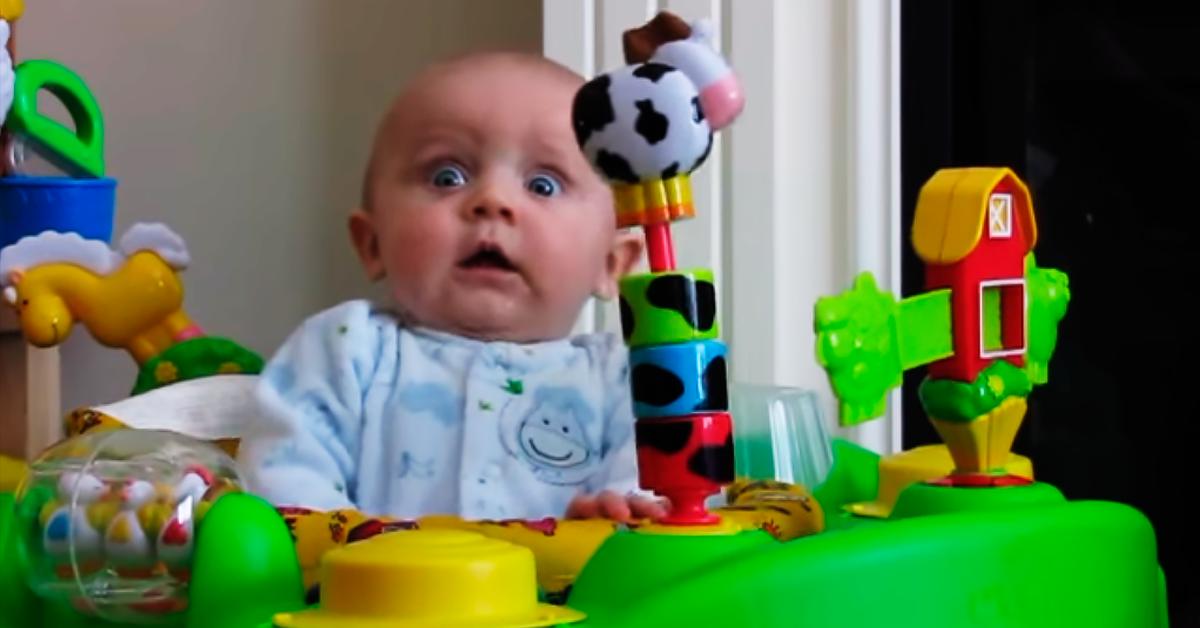 Маленькие детки часто реагируют необычно на посторонние звуки, но этот малыш просто взорвал интернет свое реакцией