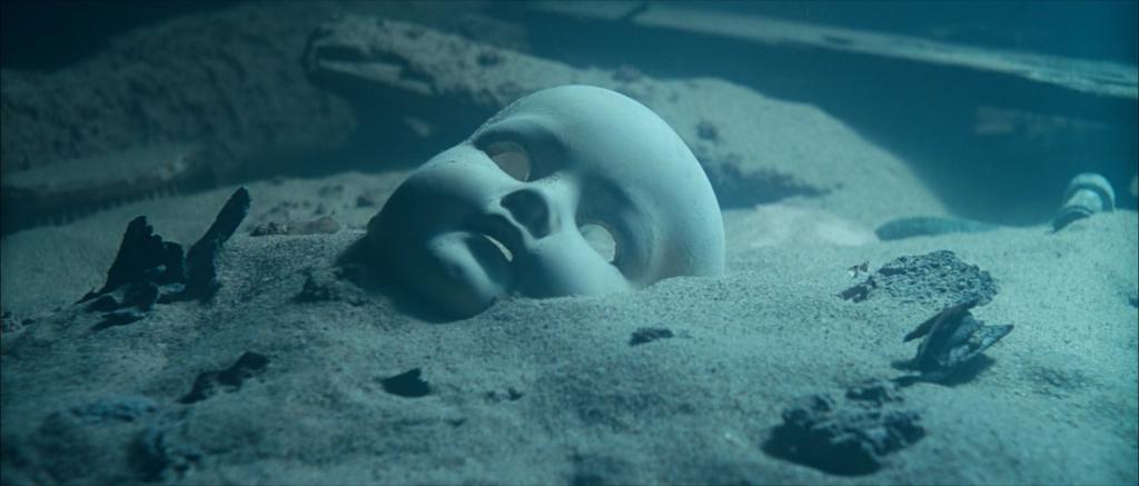 Мужчина думал, что вытащил из моря куклу. Вскоре она издала звук, и он понял, что это на самом деле